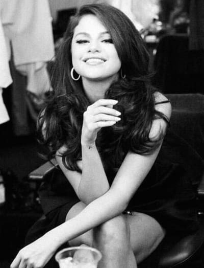 Selena Gomez: Black. White. Cute.