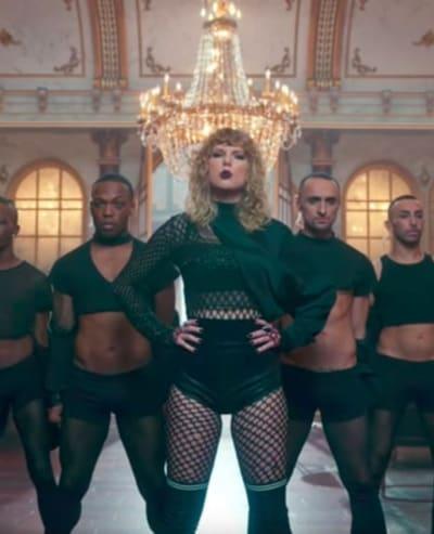 Taylor Swift Makes Like Beyonce?