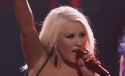 "Christina Aguilera, Team Perform ""Fighter"" on The Voice"