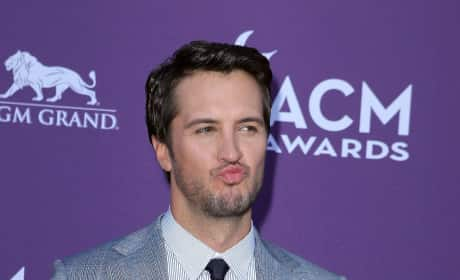 Which country crooner looked more handsome on the ACM red carpet?