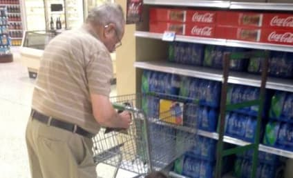 Grocery Store Employee Ties Elder Patron's Shoes, Act of Kindness Goes Viral