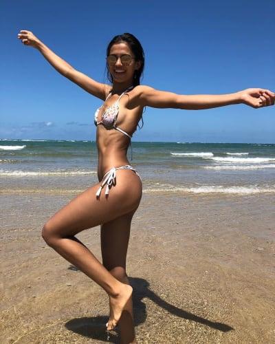Juliana Custodio pose joyeusement sur la plage