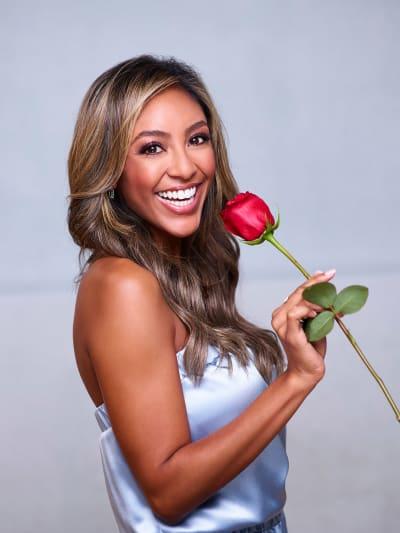 Tayshia Adams con una rosa