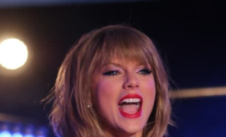 Taylor Swift Times Square Pic