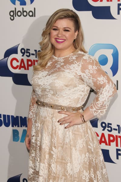 Kelly Clarkson Red Carpet Pose