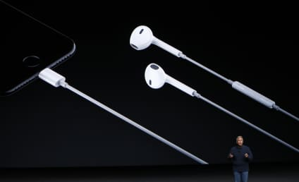 Apple Announces iPhone 7, Wireless Headphones: Twitter Reacts in Horror