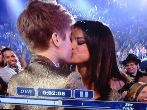 Justin Bieber and Selena Gomez Smooch