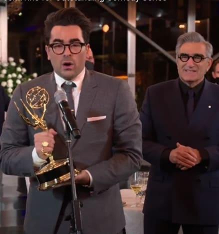 Dan y Eugene Levy aceptan los premios Emmy