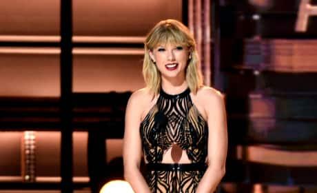 Taylor Swift Presets at CMAs