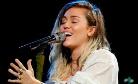 Miley Cyrus Dedicates The Voice Performance to Ariana Grande