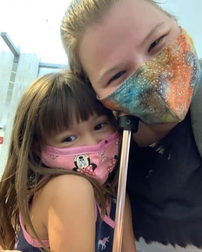 निकोल नवज़िगर अपनी बेटी से मिलती हैं