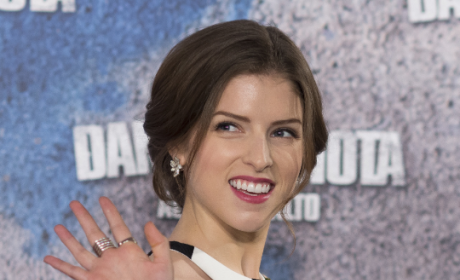 Anna Kendrick Waves to the Crowd
