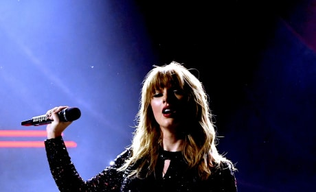 Taylor Swift Opens AMAs