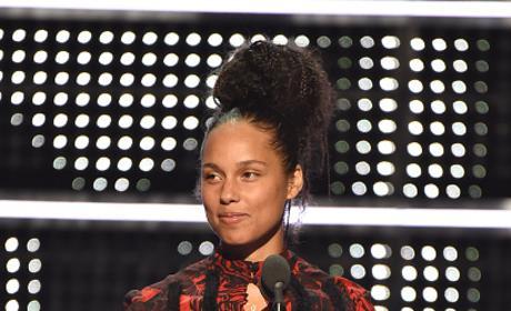 Alicia Keys Takes to the MTV VMA Stage