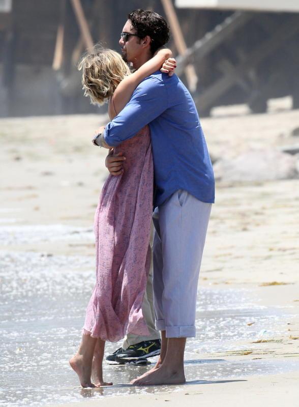 Kaley Cuoco and Ryan Sweeting Beachside