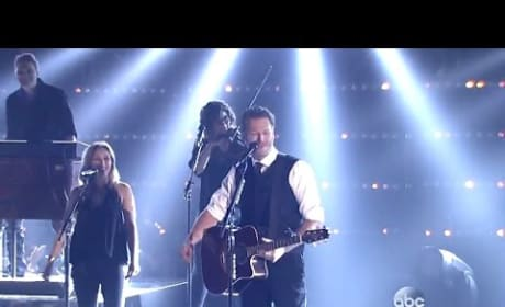 """Blake Shelton Performs """"Gonna"""" at 2015 CMAs"""
