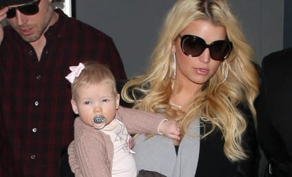 Jessica Simpson Bump Watch: Star Steps Out With Maxwell!