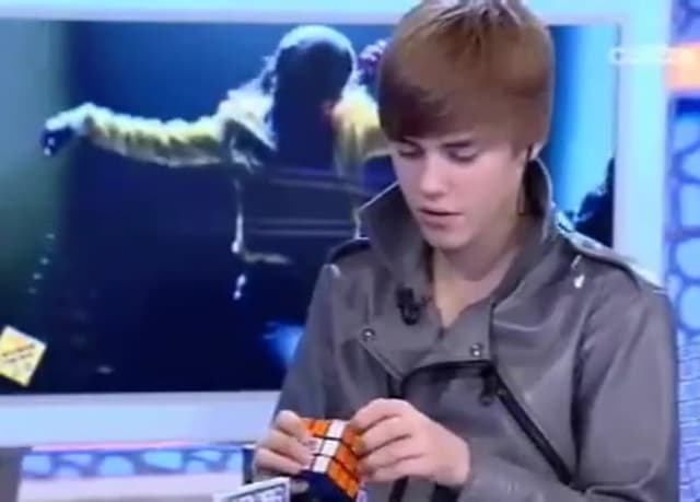 Justin Bieber Solves A Rubiks Cube The Hollywood Gossip