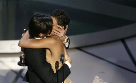 Adrien Brody Kisses Halle Berry!