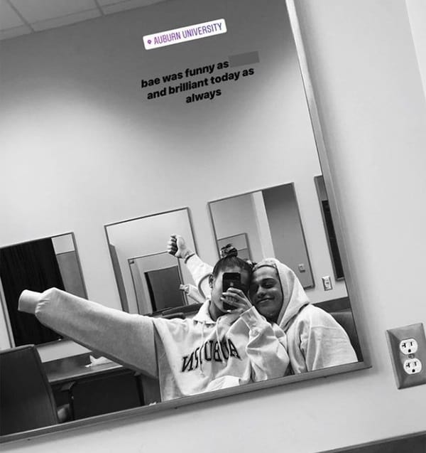 Ariana grande mirror selfie with pete davidson