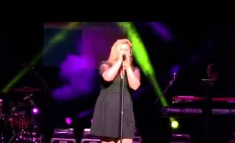 "Kelly Clarkson - ""Shake It Off"""