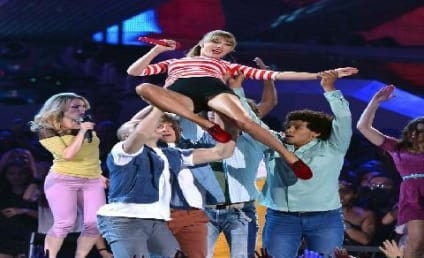 Taylor Swift Goes Stage Diving!