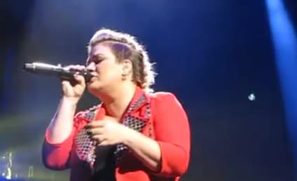 Kelly Clarkson Covers Selena Gomez in Concert