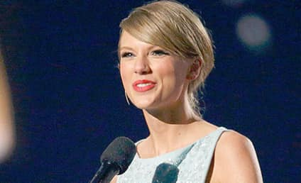 Taylor Swift Receives ACM Milestone Award from Ailing Mother