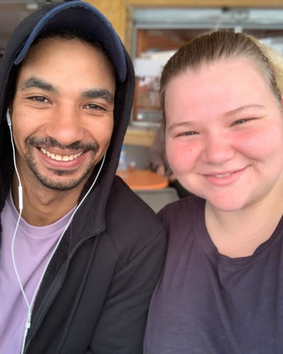 Tivo और Nicole Navziger के कान, आपस में चिपक गए