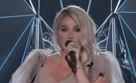 Kesha with Hand on Stomach