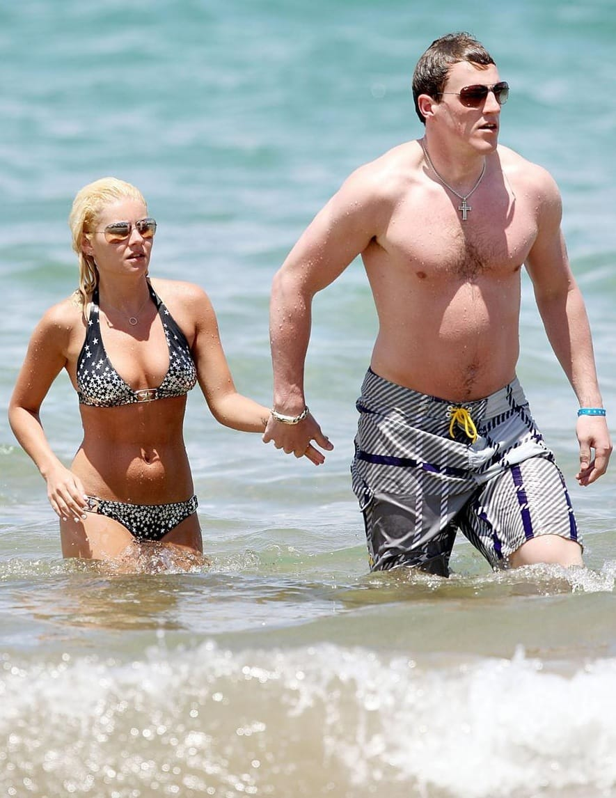 Elisha Cuthbert Wedding.Elisha Cuthbert Engaged To Dion Phaneuf The Hollywood Gossip