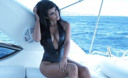 Kim Kardashian, Kleavage Pose in Bathing Suit