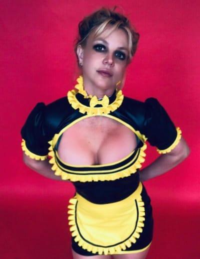 Britney Spears dans un costume de femme de chambre