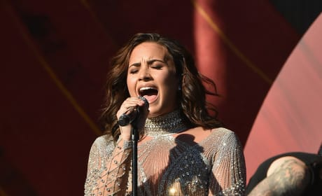 Demi Lovato Sings on Stage