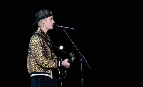 Justin Bieber Goes Acoustic at 2016 Grammy Awards