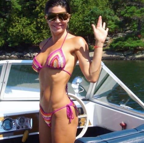 Lisa Rinna en un bikini de cuerda apenas visible