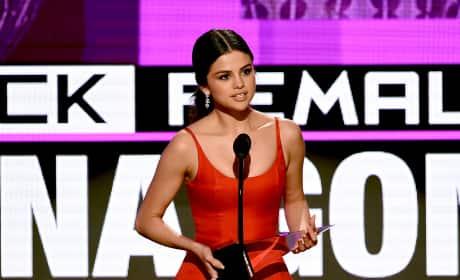 "Selena Gomez Wins American Music Awards, Admits She's Been ""Broken Inside"""