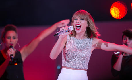 Taylor Swift Performs in Hollywood