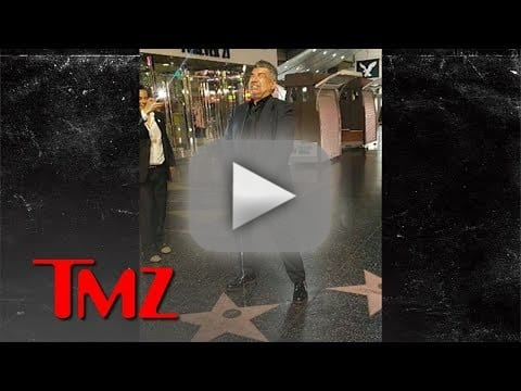 [Image: george-lopez-pees-on-donald-trumps-star.jpg]