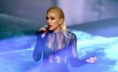 """Gwen Stefani Performs """"Used to Love You"""" at American Music Awards"""