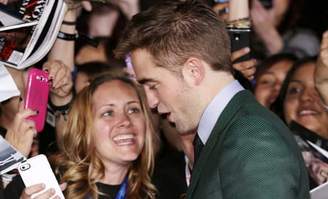 Pattinson Signing for Fans