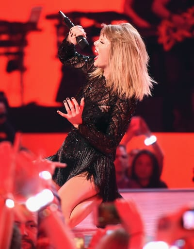 Taylor Swift Belts Out a Hit