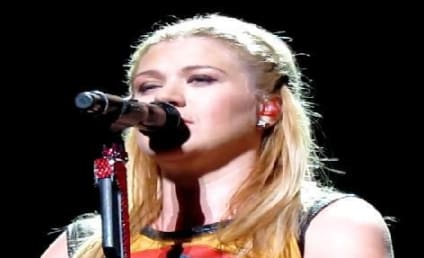 Kelly Clarkson Covers Rihanna in Concert