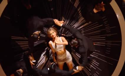 "Taylor Swift Performs ""Shake It Off"" for First Time at MTV Video Music Awards"