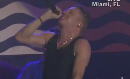 """Macklemore & Ryan Lewis Perform """"Can't Hold Us,"""" Honor Trayvon Martin at AMAs"""
