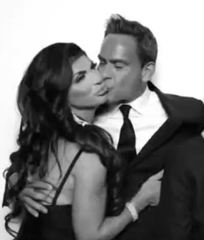Louis Ruelas besa a Teresa