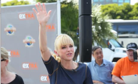 Anna Faris Waves to the Crowd