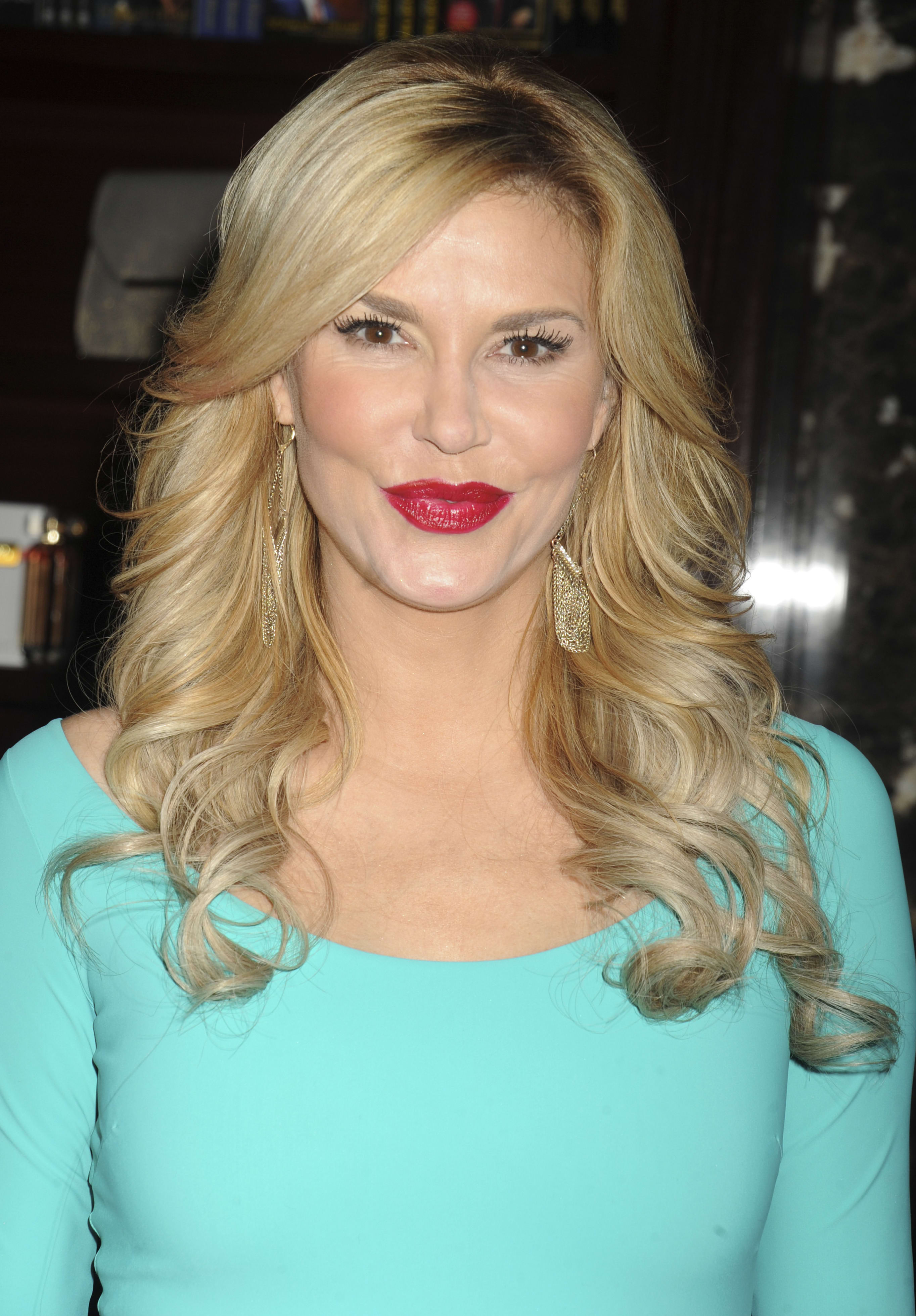 Brandi Glanville: Not A LesbianMakes Out with Girls Anyway