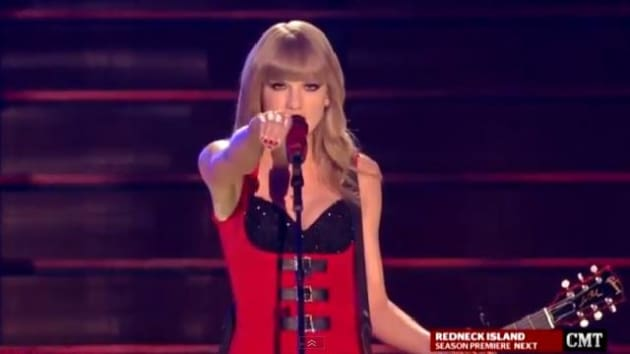 taylor swift turns red turns up the sexy at cmt awards. Black Bedroom Furniture Sets. Home Design Ideas