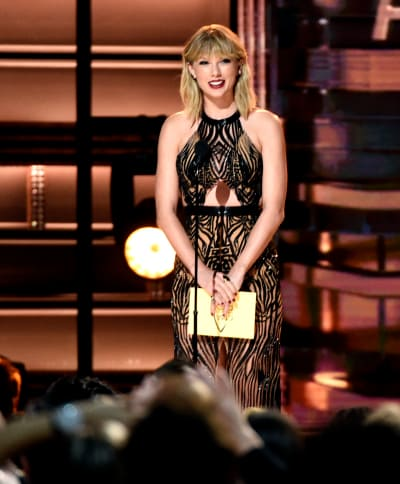 Taylor Swift Presets at CMAs